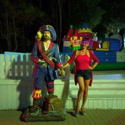 С пиратом)