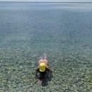 В море..