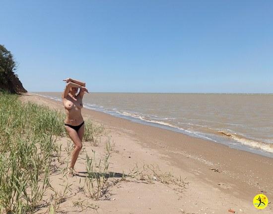 На пляже в Ейске)