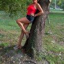У дерева)