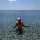В море)