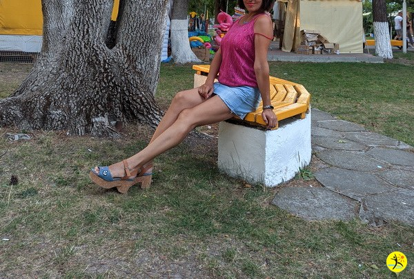 На скамеечке